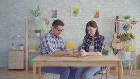 Το νέο ζεύγος διαβάζει μια προσευχή σε ένα σύγχρονο διαμέρισμα απόθεμα βίντεο