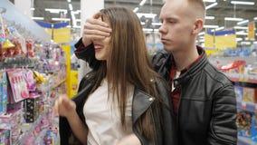 Το νέο ζεύγος επιλέγει τα παιχνίδια στην υπεραγορά Ο τύπος δίνει στο κΠαπόθεμα βίντεο