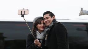 Το νέο ζεύγος θέτει για τις διακοπές selfie στο Παρίσι απόθεμα βίντεο