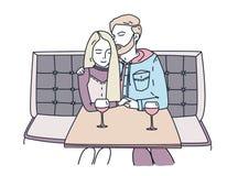 Το νέο ζεύγος κάθεται σε έναν καφέ και πίνει το κρασί επίσης η στοά ημερομηνίας ρομαντικός μου βλέπει την παρόμοια εργασία Ο τύπο ελεύθερη απεικόνιση δικαιώματος