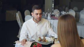 Το νέο ζεύγος μαλώνει δειπνώντας στο εστιατόριο, να φωνάξει και Ανθοδέσμη των τριαντάφυλλων, που προκαλεί τη σαμπάνια φιλμ μικρού μήκους