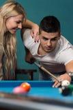 Το νέο ζεύγος παίζει το μπιλιάρδο Στοκ εικόνα με δικαίωμα ελεύθερης χρήσης