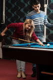 Το νέο ζεύγος παίζει το μπιλιάρδο Στοκ Φωτογραφία