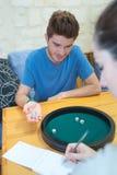 Το νέο ζεύγος που παίζει πέντε χωρίζει σε τετράγωνα το παιχνίδι Στοκ φωτογραφία με δικαίωμα ελεύθερης χρήσης