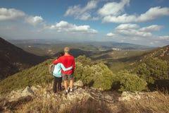 Το νέο ζεύγος ρίχνει μια ματιά ένα όμορφο ισπανικό τοπίο σε ένα βουνό Montseny στοκ φωτογραφίες