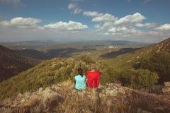 Το νέο ζεύγος ρίχνει μια ματιά ένα όμορφο ισπανικό τοπίο σε ένα βουνό Montseny στοκ φωτογραφία