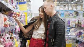 Το νέο ζεύγος στην υπεραγορά επιλέγει το μαλακό παιχνίδι για το δώρο απόθεμα βίντεο