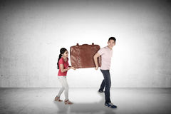 Το νέο ζεύγος φέρνει τις μεγάλες αποσκευές Στοκ εικόνα με δικαίωμα ελεύθερης χρήσης