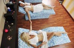 Το νέο ζεύγος χαλαρώνει στο wellness και την επεξεργασία SPA Στοκ εικόνα με δικαίωμα ελεύθερης χρήσης