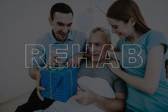 Το νέο ζεύγος Rehab κολάζ δίνει το δώρο στον ασθενή στοκ εικόνες με δικαίωμα ελεύθερης χρήσης