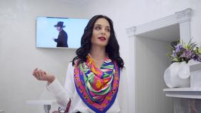 Το νέο θηλυκό με την επαγγελματική σύνθεση λέει το αντίο στο προσωπικό και αφήνει το σαλόνι ομορφιάς απόθεμα βίντεο