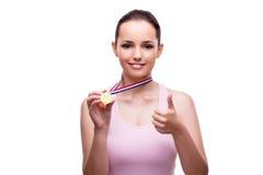 Το νέο θηλυκό με το χρυσό μετάλλιο νικητών που απομονώνεται στο λευκό Στοκ φωτογραφία με δικαίωμα ελεύθερης χρήσης