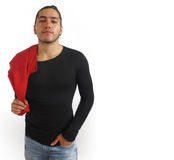 Το νέο ισπανικό άτομο με το μαζευμένο γίνοντα τρίχα τόξο στο μαύρο πουκάμισο και το κόκκινο σακάκι, ένα παραδίδει την τσέπη εσωρο Στοκ φωτογραφία με δικαίωμα ελεύθερης χρήσης