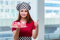 Το νέο κέικ ψησίματος νοικοκυρών στην κουζίνα Στοκ φωτογραφίες με δικαίωμα ελεύθερης χρήσης