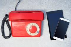 Το νέο και παλαιό τηλέφωνο επινοεί στοκ εικόνα