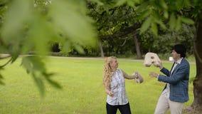 Το νέο καλό ζεύγος έχει τη διασκέδαση σε ένα πάρκο το καλοκαίρι Ρομαντική χρονολόγηση ή lovestory απόθεμα βίντεο