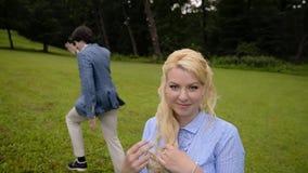 Το νέο καλό ζεύγος έχει τη διασκέδαση σε ένα πάρκο το καλοκαίρι Ρομαντική χρονολόγηση ή lovestory φιλμ μικρού μήκους