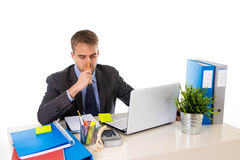 Το νέο καταπονημένο κοίταγμα επιχειρηματιών ανησύχησε τη συνεδρίαση στο γραφείο υπολογιστών γραφείων στην πίεση Στοκ εικόνα με δικαίωμα ελεύθερης χρήσης