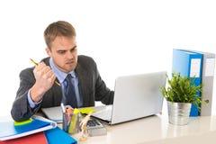 Το νέο καταπονημένο κοίταγμα επιχειρηματιών ανησύχησε τη συνεδρίαση στο γραφείο υπολογιστών γραφείων στην πίεση Στοκ φωτογραφίες με δικαίωμα ελεύθερης χρήσης