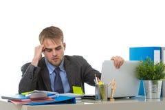 Το νέο καταπονημένο κοίταγμα επιχειρηματιών ανησύχησε τη συνεδρίαση στο γραφείο υπολογιστών γραφείων στην πίεση Στοκ φωτογραφία με δικαίωμα ελεύθερης χρήσης