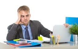 Το νέο καταπονημένο κοίταγμα επιχειρηματιών ανησύχησε τη συνεδρίαση στο γραφείο υπολογιστών γραφείων στην πίεση Στοκ Εικόνες