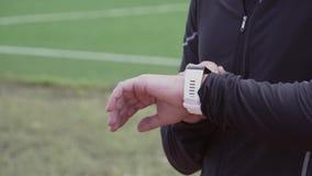 2 Μαρτίου 2019 Ουκρανία, Κίεβο Αθλητισμός και υγεία θέματος Το νέο καυκάσιο άτομο χρησιμοποιεί τον αθλητισμό wristwatch στον καρπ φιλμ μικρού μήκους