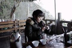 Το νέο κινεζικό κορίτσι κάνει ένα κινεζικό τσάι Στοκ εικόνες με δικαίωμα ελεύθερης χρήσης
