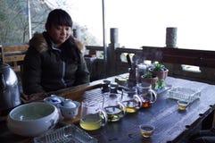 Το νέο κινεζικό κορίτσι κάνει ένα κινεζικό τσάι στοκ φωτογραφία με δικαίωμα ελεύθερης χρήσης