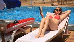 Το νέο, κομψό βιβλίο ανάγνωσης γυναικών επάνω από τη λίμνη απόθεμα βίντεο
