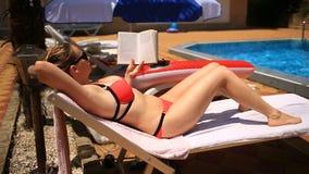 Το νέο, κομψό βιβλίο ανάγνωσης γυναικών επάνω από τη λίμνη φιλμ μικρού μήκους