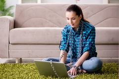 Το νέο κορίτσι έθισε στο φορητό προσωπικό υπολογιστή και Διαδίκτυο Στοκ φωτογραφία με δικαίωμα ελεύθερης χρήσης