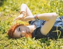 Το νέο κορίτσι έκλεισε τα μάτια της με το χέρι Στοκ φωτογραφία με δικαίωμα ελεύθερης χρήσης