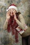 Το νέο κορίτσι έντυσε ως Άγιος Βασίλης Στοκ εικόνα με δικαίωμα ελεύθερης χρήσης