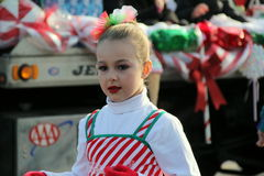 Το νέο κορίτσι έντυσε peppermint στην εξάρτηση ραβδιών, βαδίζοντας στην παρέλαση διακοπών, πτώσεις Glens, Νέα Υόρκη το 2014 Στοκ Φωτογραφία