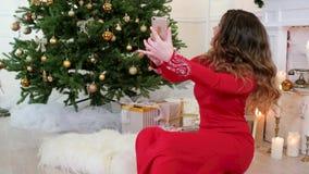 Το νέο κορίτσι έτους μιλά μέσω της τηλεοπτικής επικοινωνίας Διαδικτύου, Skype, vayber, χαιρετισμοί Χριστουγέννων μέσω του τηλεφών απόθεμα βίντεο