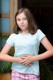 Το νέο κορίτσι έχει έναν πόνο στομαχιών Στοκ φωτογραφία με δικαίωμα ελεύθερης χρήσης
