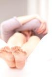 Το νέο κορίτσι έχει μερικά προβλήματα με τα πόδια της Στοκ φωτογραφία με δικαίωμα ελεύθερης χρήσης