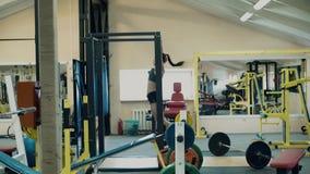 Το νέο κορίτσι αθλητών lgbt που ασχολείται με την ικανότητα, στη γυμναστική, σηκώνει στο φραγμό απόθεμα βίντεο