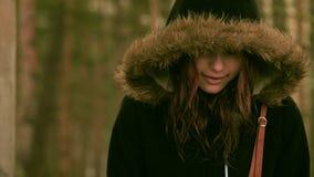 Το νέο κορίτσι απολαμβάνει τη βροχή σε μια δασική κινηματογράφηση σε πρώτο πλάνο 60 άνοιξη σε 24fps 4K UHD φιλμ μικρού μήκους