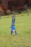 Το νέο κορίτσι ασκεί handstand Στοκ Εικόνες