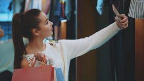 Το νέο κορίτσι βρήκε τα καλά πράγματα στο νέο κατάστημά της απόθεμα βίντεο