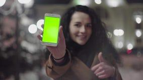 Το νέο κορίτσι είναι εκμετάλλευση Smartphone με την πράσινη οθόνη στο χρόνο βραδιού περιστασιακός τρόπος ζωή&si απόθεμα βίντεο