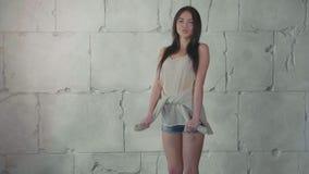 Το νέο κορίτσι εφήβων είναι δεσμοί ένας κόμβος στο πουκάμισό της σε σε αργή κίνηση απόθεμα βίντεο