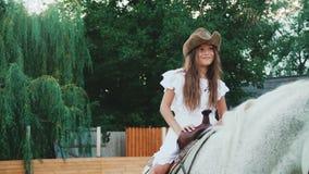 Το νέο κορίτσι θέτει και χαμογελώντας στο άλογο 4K φιλμ μικρού μήκους