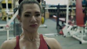 Το νέο κορίτσι ικανότητας στη γυμναστική, εκτελεί μια άσκηση στον προσομοιωτή, εκπαιδεύει τους ραχιαίους μυς Κινηματογράφηση σε π απόθεμα βίντεο