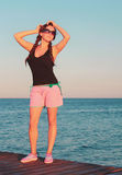 Το νέο κορίτσι κάνει ηλιοθεραπεία στη γέφυρα στοκ εικόνα με δικαίωμα ελεύθερης χρήσης