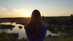 Το νέο κορίτσι κάνει τη φωτογραφία του όμορφου ηλιοβασιλέματος - σε αργή κίνηση απόθεμα βίντεο