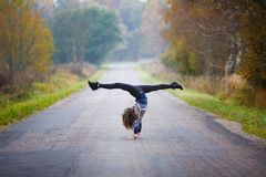 Το νέο κορίτσι κάνει τις διασπάσεις Στοκ φωτογραφία με δικαίωμα ελεύθερης χρήσης