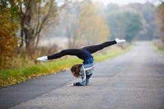 Το νέο κορίτσι κάνει τις διασπάσεις Στοκ Εικόνες