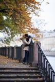 Το νέο κορίτσι και ένας τύπος περπατούν μέσω του πάρκου, του αγκαλιάσματος και του φιλήματος Ρομαντική διάθεση στοκ εικόνα με δικαίωμα ελεύθερης χρήσης